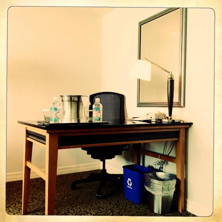 Hilton Vancouver Metrotown: Writing desk