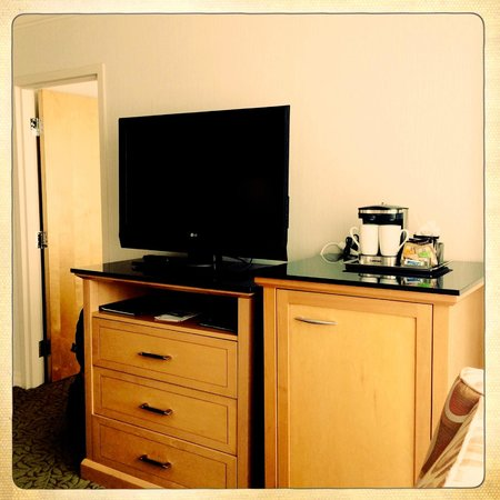 Hilton Vancouver Metrotown: TV and mini bar in the sitting room.