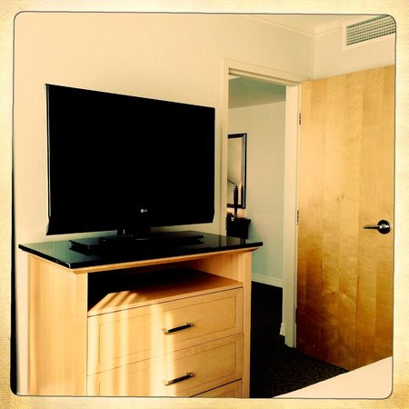 Hilton Vancouver Metrotown: TV and drawers in the bedroom