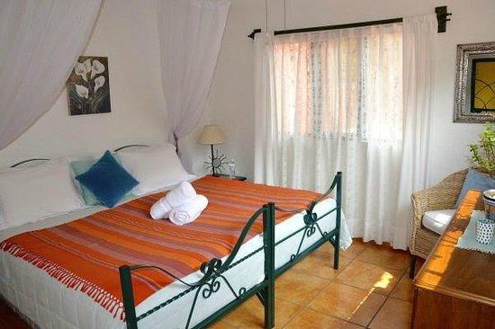 Casa de la Vida: Amethyst room with king size bed