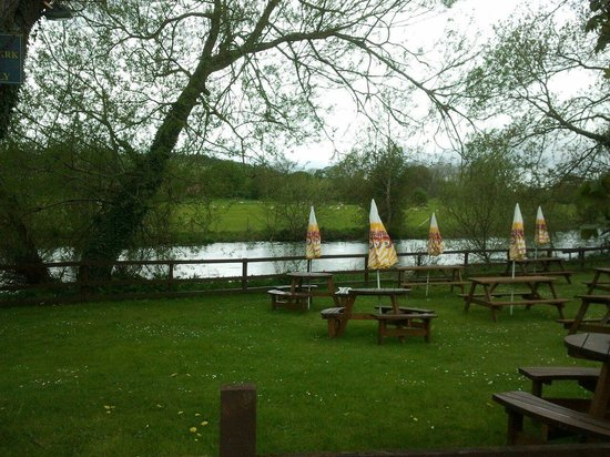 The Swan at Stoford: Beer Garden by the River Wylye