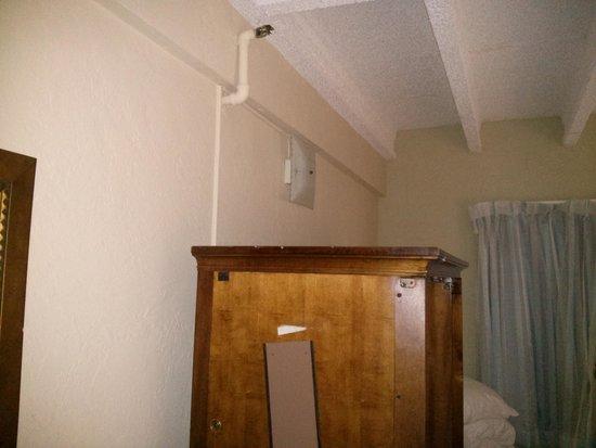 Hotel Sheldon: ceiling light on the wall