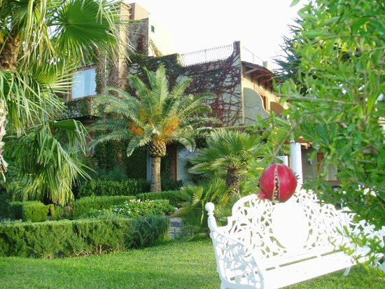 San Montano Resort & SPA : ホテル玄関の庭園に実るザクロ