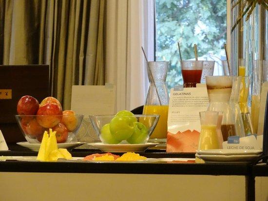 NH Buenos Aires Crillón: Café da manhã de chef - frutas, sucos de frutas frescas