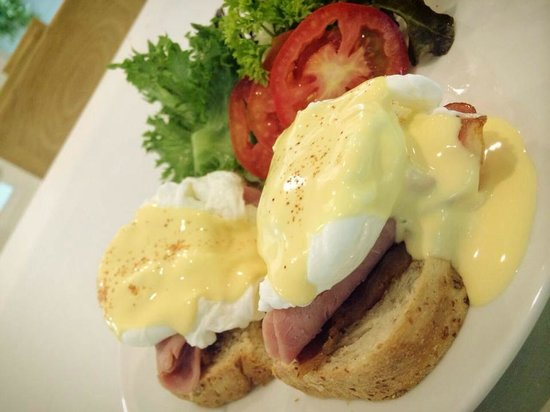 P21 Chiangmai Hotel: A choice of breakfast, Egg Benedict.