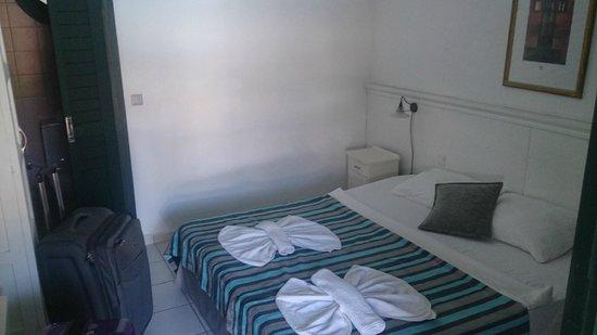 Colossus Hotel: Otelin sitesindeki oda resmiyle, bu odayı karşılaştırın- yalan