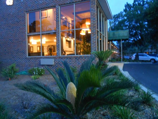 Creekside Lands Inn: Another angle of office in the evening