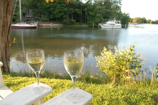 Bay Cottage Bed & Breakfast: Wine time