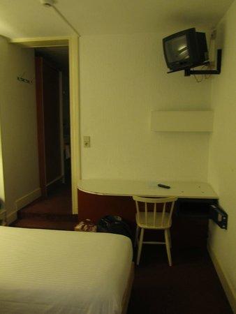Van Belle Hotel : Стол и телевизор