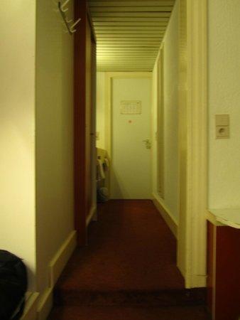 Van Belle Hotel : Коридор-прихожая в номере