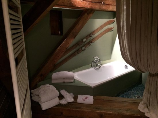 Grand Hotel des Alpes: Honeymoon room- bath