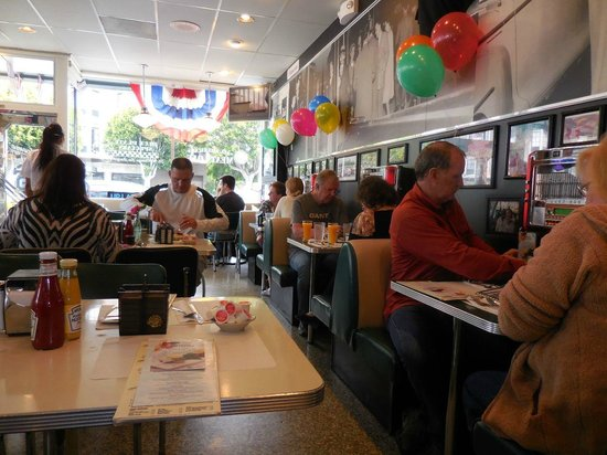 Mel's Drive-In -  Lombard : The dining room