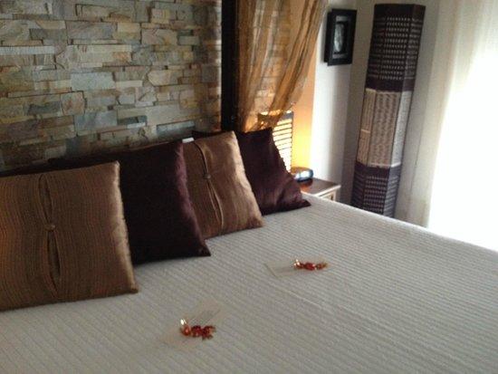 La Villa Marbella: Mandalay room bed