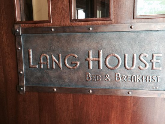 Lang House Bed and Breakfast: Beautiful sign on the door... you know what they say about first impressions!
