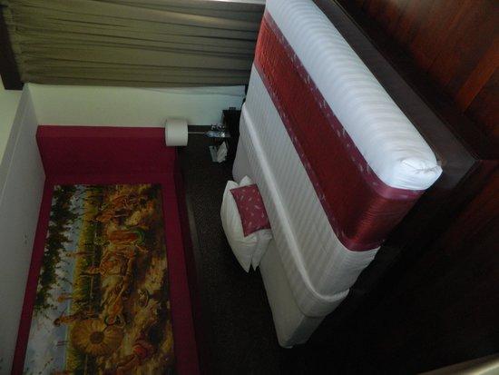 Mahagiri Villas: Massive bed
