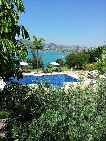 Hotel La Vinuela: Blick vom Zimmer auf Pool und Stausee