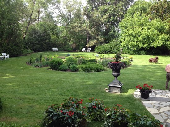 Hob Nob Restaurant: Backyard Garden Area Next To Our Table