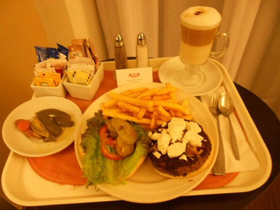 Fiesta Inn Insurgentes Viaduct: Room Service : Hamburger