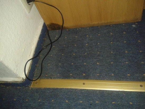Hotel Berlin Markischer Hof am Tacheles : geflickter Fußboden und Wasserfleck am Nachtschrank