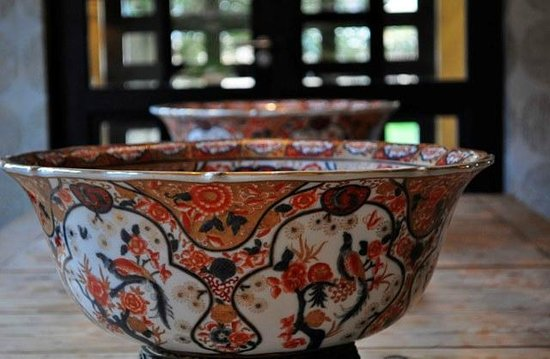 The Windermere by Mantis: Antique bowls in reception area