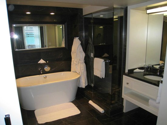 Rosewood Hotel Georgia: Big bathroom with 2 separate sinks