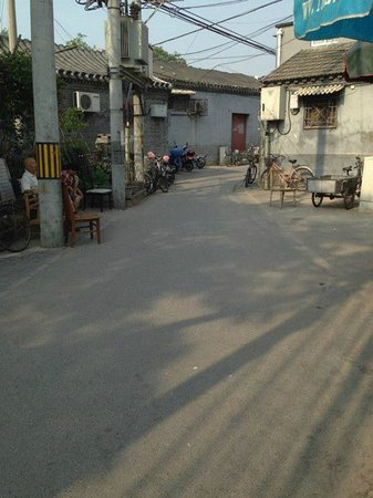 Beijing Sihe Courtyard Hotel : View outside of the hotel into the alley
