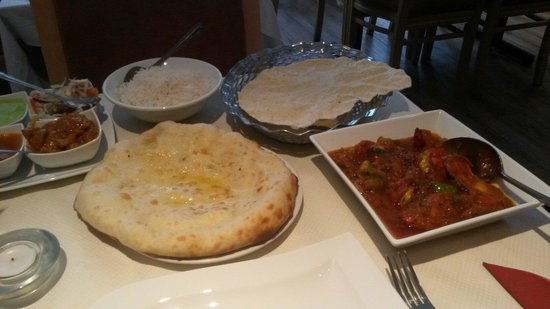 Red Chilli: Rosun chicken, plain rice, peshwari naan, and the remnants of a poppadom!