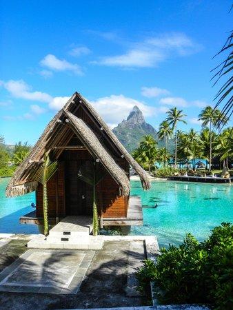 InterContinental Bora Bora Resort & Thalasso Spa : Chapel with mountain in back