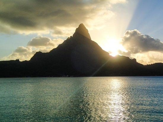 InterContinental Bora Bora Resort & Thalasso Spa : Sunset over the mountain