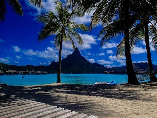 InterContinental Bora Bora Resort & Thalasso Spa : Mountain from pool