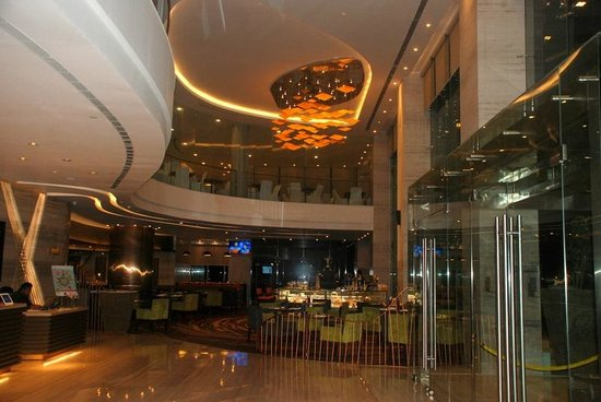 Novotel Ahmedabad: The lobby and dining area... The Square