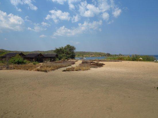 Mbuna Bay Lodge - Lake Malawi : Mbuna Bay, chalets and beach