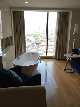 Renaissance Shanghai Yu Garden Hotel: Designer feature bath (there is a proper bathroom too)