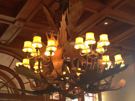 Wyoming Inn of Jackson Hole: Chandlier in lobby