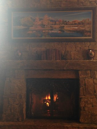 Wyoming Inn of Jackson Hole: Fireplace in hotel lobby