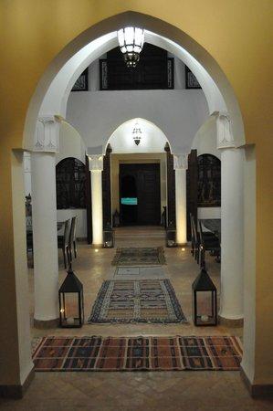 Riad Couleur Sable : Vue traversante de l'entrée vers le jardin et la piscine