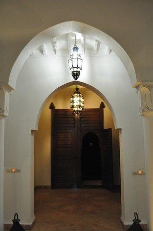 Riad Couleur Sable : L'entrée la nuit