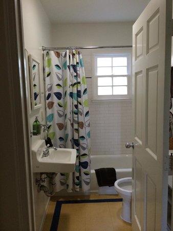 Los Feliz Lodge: Bathroom