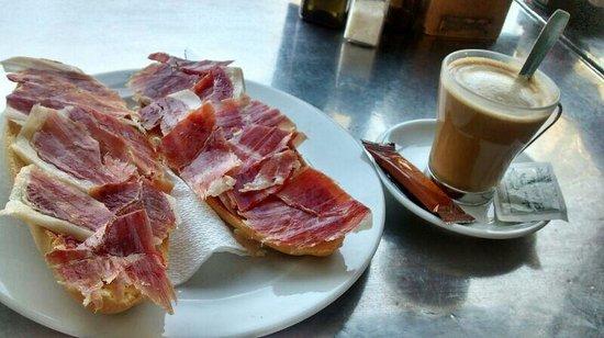 El Cortijillo: Tostada enorme.Café malísimo. Y el desayuno SUPER CARO!!! Y jamón cortado muy gordo.