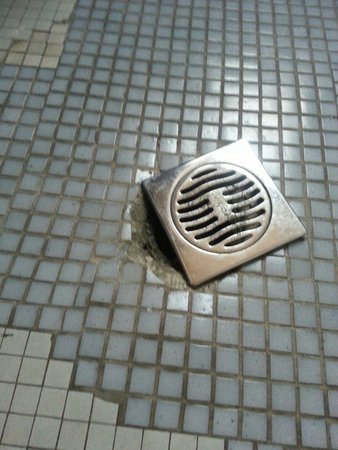Royal Victoria Hotel: Broken drain in bathroom of our room.  The rooms are a bit tatty and in need of some TLC