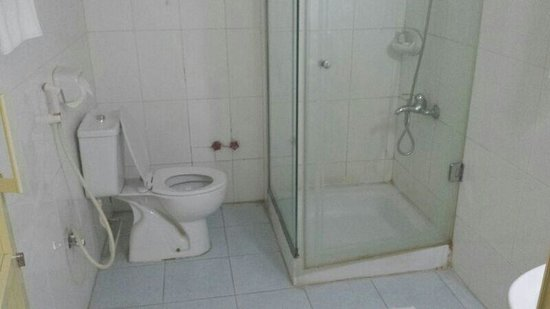 La Villa Hotel: Small simple old bathroom also un clean