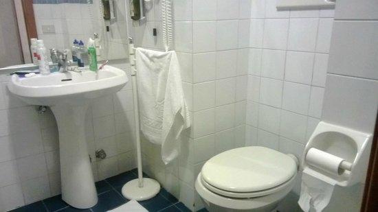 Hotel Nazionale: Banheiro simples mas espaçoso