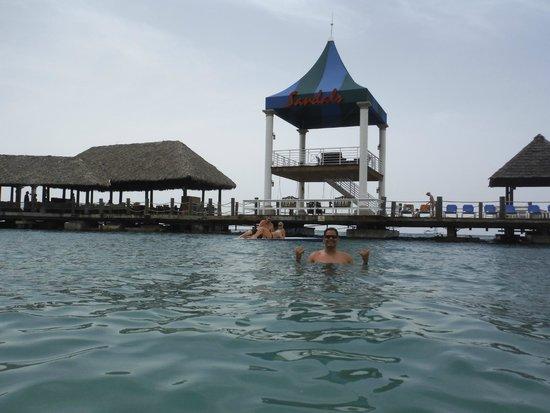 Sandals Ochi Beach Resort: Beach in front of Jamie's Bar