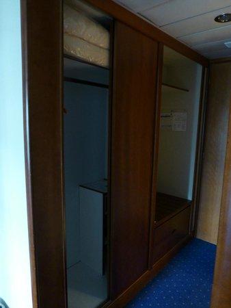 Golden Age Hotel Athens: closet
