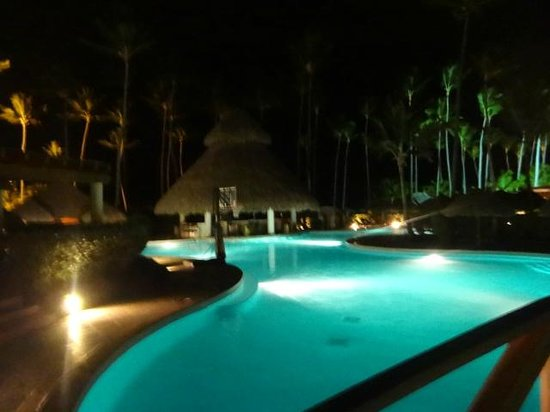 Secrets Royal Beach Punta Cana: Pool Bar Night