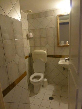 Victory Inn: bathroom room 403