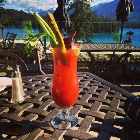 Fairmont Jasper Park Lodge: caesar on the patio at the main lodge
