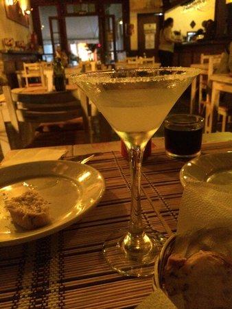 Bartatas Restaurante e Chopperia: Entrada de pão de alho e margarita