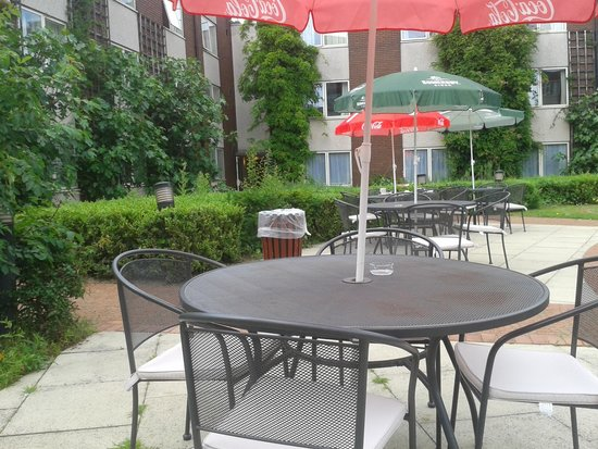 Daresbury Park Hotel: Nice outdoor seating area.