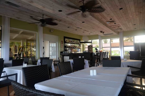 Bohio Dive Resort: Indoor dining area